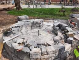 Feuerstelle zweihäuptige Natursteinmauer
