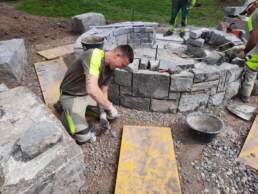 Feuerstelle Steine bearbeiten